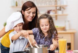 Por que as crianças podem (e devem!) ajudar nas tarefas domésticas desde cedo